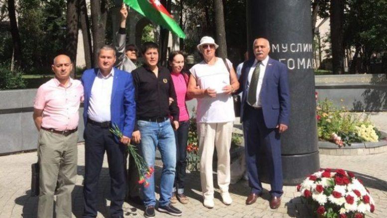 Московские азербайджанцы отметили день рождения Муслима Магомаева у памятника великого певца